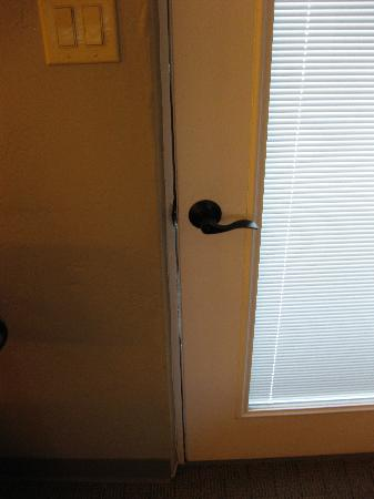 POSH Palm Springs Inn: Doors did not seal tightly