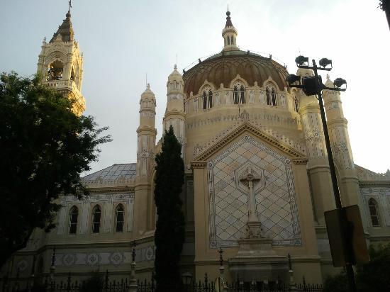 Iglesia de San Manuel y San Benito: vista desde la calle lagasca
