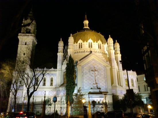Iglesia de San Manuel y San Benito: vista nocturna con la iglesia iluminada desde la calle lagasca