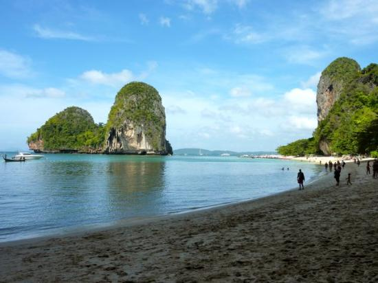 PhraNang Cave Beach: Phra Nang Beach from cave end