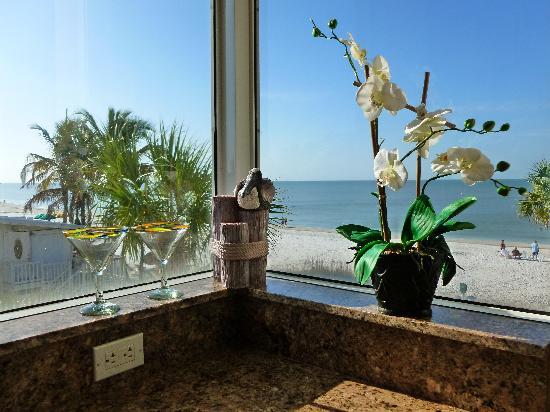 Cornerstone Beach Resort : Corner window in kitchen