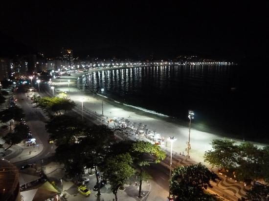 Sofitel Rio de Janeiro Copacabana: Copacabana at night from room balcony