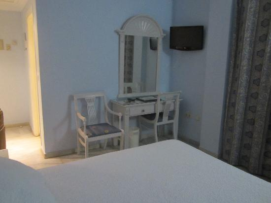 Hotel Plaza Cavana: Basic room with two walls of windows