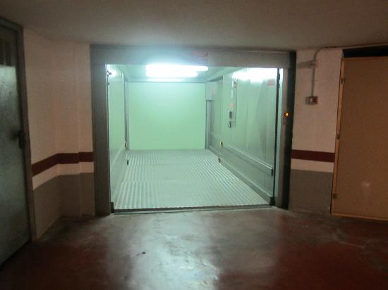 Hotel Plaza Cavana: Yes, that elevator is for your car