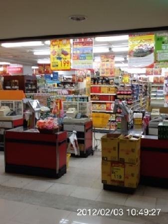 Wellcome Supermarket - Linshen: 開店直後、手前の店では、朝礼をしてました。