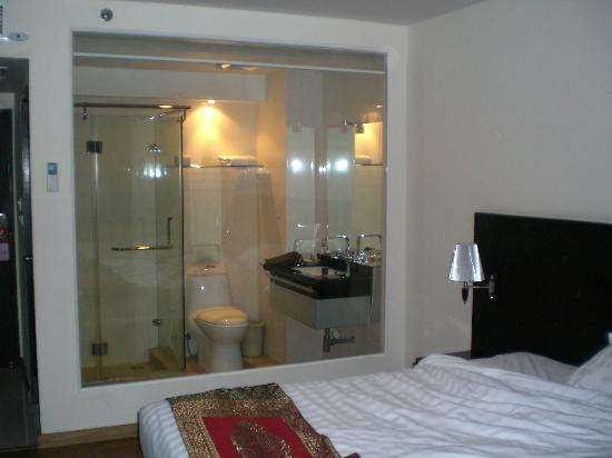 Boss Suites: Very fancy jacuzzi shower and a glass wall separating the toilet from the room!
