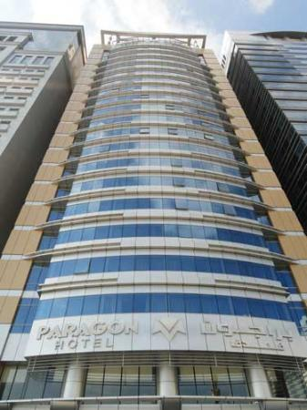 โรงแรมพารากอน: Three buildings that look very similar, the Paragon sits in between.