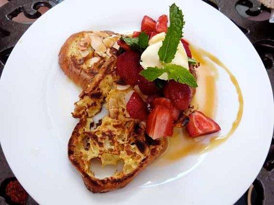 Maremoto: Almond and orange french toast