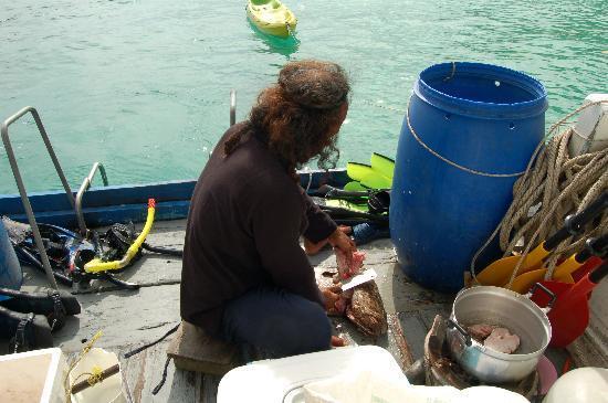 ฟรีดอม แอดเวนเจอร์ เดย์ทัวร์: Our cook preparing lunch, fish curry!