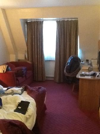 Kensington Court Hotel: room - sofa was full of dust!!!