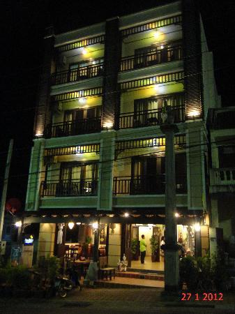 โรงแรมบ้านอันดามัน เบด แอนด์ เบรคฟาสต์: Night view from across the street