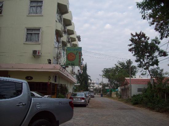 Baan Nilawan Hua-hin Hotel: street in front of hotel