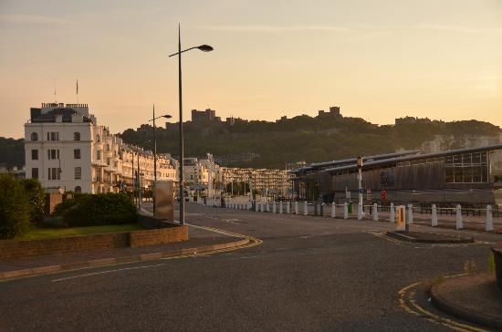 Hubert House Guesthouse: Dover Promenade 6am with Dover Castle on the hill