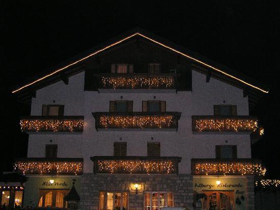 Albergo Ristorante Nido Verde: L'albergo di sera