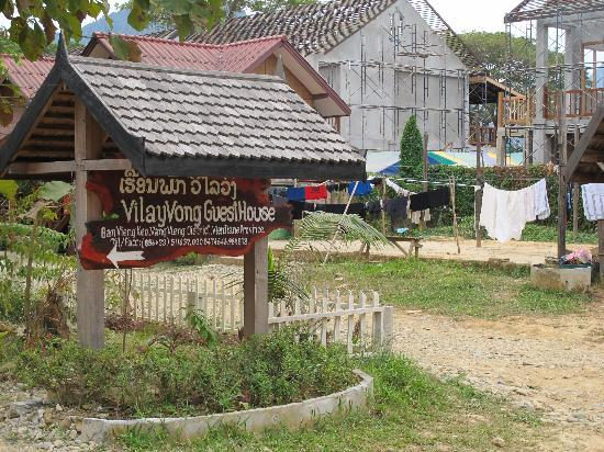 Vilayvong Guesthouse: Entrance at the back of the street