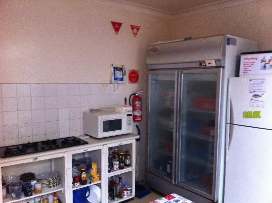Manly Astra Backpackers Hostel: Well-organised kitchen