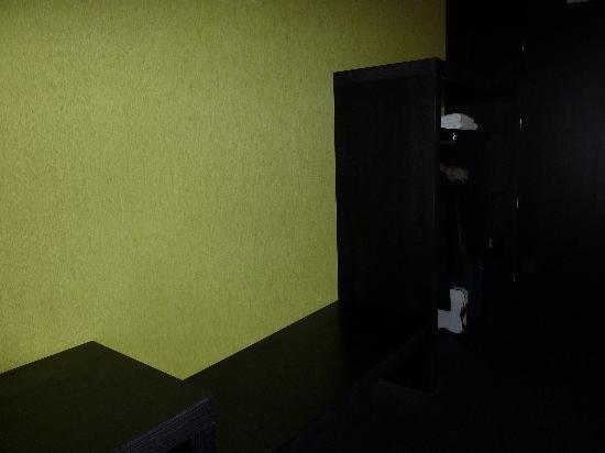Ellauri Hotela: Entrada + armario