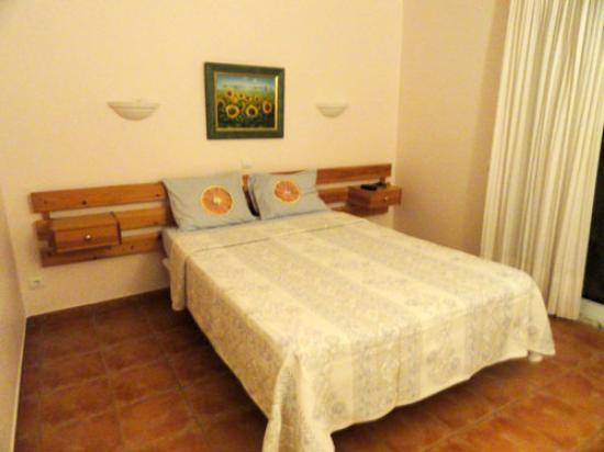 Aurora Sol: Spacious room, sparse decoration, clean
