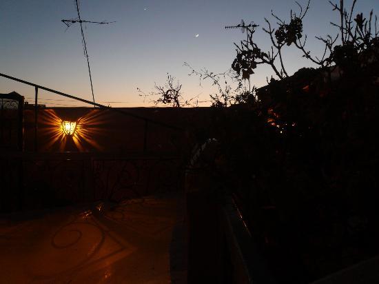 Riad Dollar Des Sables: terrasse au crépuscule