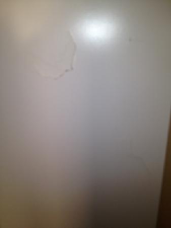 Pontin's Prestatyn Sands Holiday Park: broken back of wardrobe