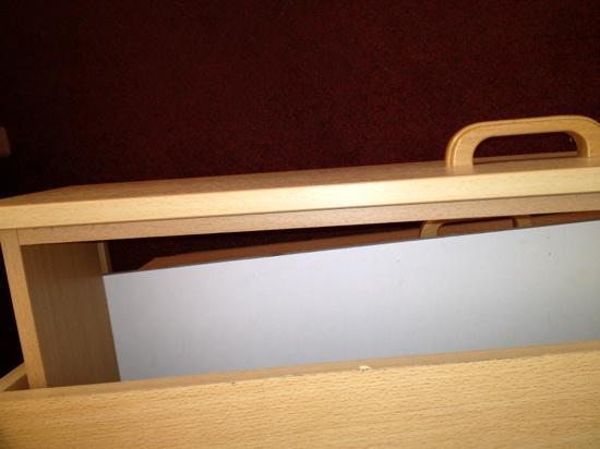 Pontin's Prestatyn Sands Holiday Park: broken drawer