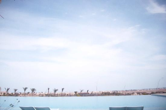 Steigenberger Makadi : The amazing non-edge heated pool