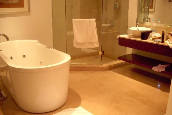 Steigenberger Makadi : Jacuzzi bathtub and bathroom