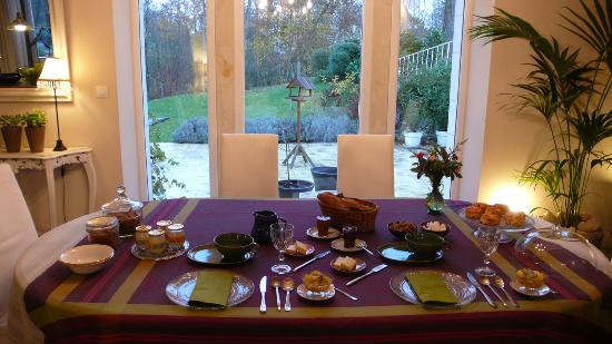 Le Moulin du Mesnil : Breakfast in front of the picture window