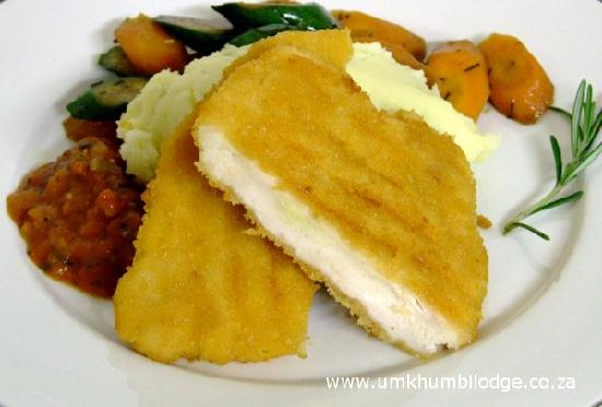 Umkhumbi Lodge: Chicken Schnitzel served on a bed of creamy mashed potato and roasted vegetables