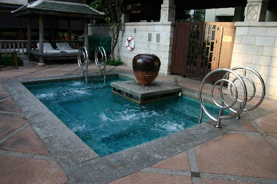 jacuzzi de la piscine picture of the peninsula bangkok bangkok tripadvisor. Black Bedroom Furniture Sets. Home Design Ideas