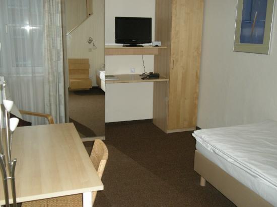 Hotel PrimaVera Parco: Room 128 living and sleeping area