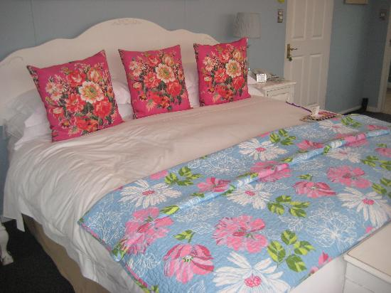Blackheath Lodge: Very comfortable and large bed!