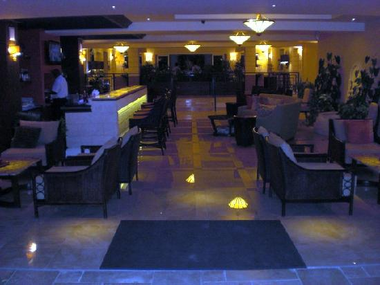 Ocean Two Resort & Residences: Bar at night