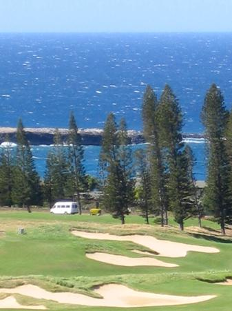 Kapalua Resort: drive thru resort to beach
