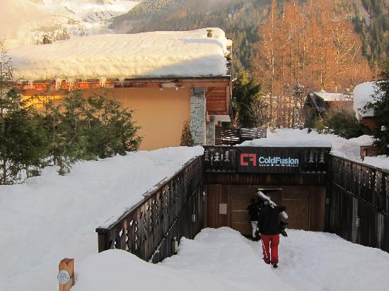 Cold Fusion Chalets: Easy entrance to the ski dry room. Great facilities!
