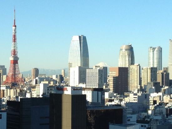 Mitsui Garden Hotel Ginza Premier: Mt. Fuji and Tokyo Tower from the lobby view