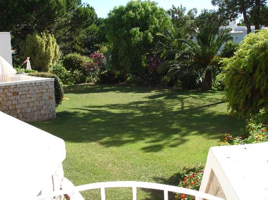 Four Seasons Country Club: The garden in front of our villa