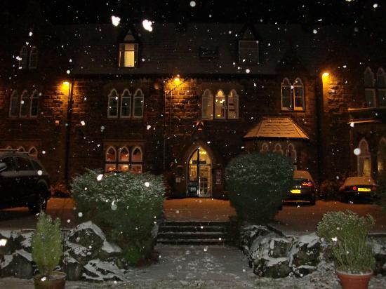 Tarn House Holiday Park: Snow by night!