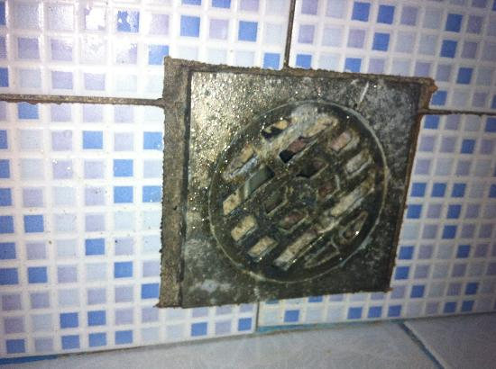 Baannueng@Kata (The Kata Orient House): Smelly drain