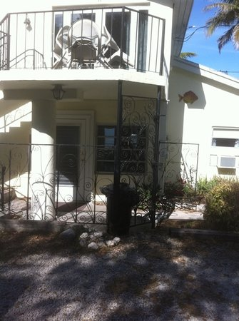 Bay Cove Motel : the house and the honeymoon suite upstairs