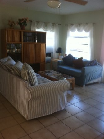 Bay Cove Motel : the living room in the 2 bedroom house