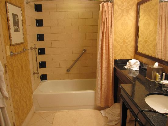 Hamilton Crowne Plaza Hotel: Bathroom