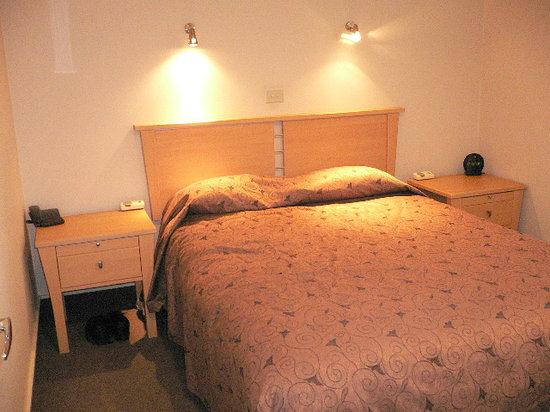 Senator Motor Inn: bedroom
