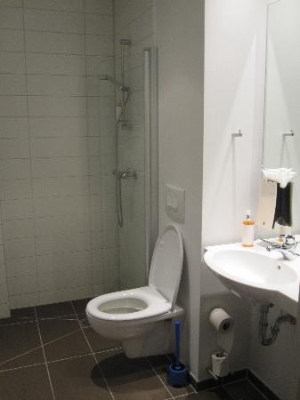 CenterHotel Plaza: The bathroom in my (double) room