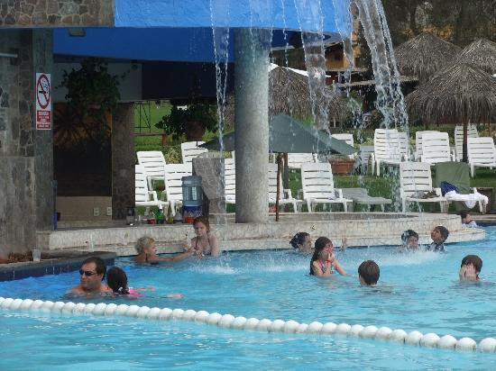 El Pueblo Resort & Convention Center: La piscina con tobogan... miren ese bar!