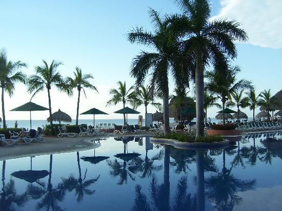 Royal Decameron Beach Resort, Golf & Casino : One of the many pools at Decameron