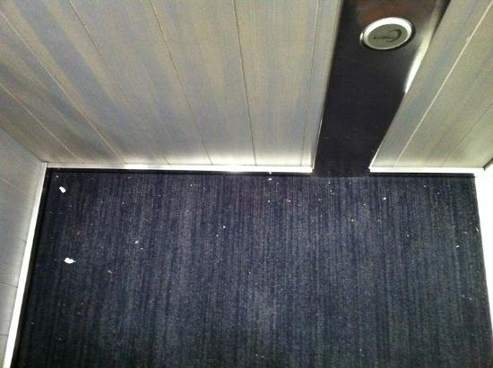 Club Med Valmorel: dirty carpets in elevators and hotel stairs
