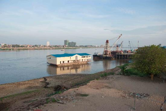 Chroy Changvar Bridge: View across the river from the Friendship Bridge