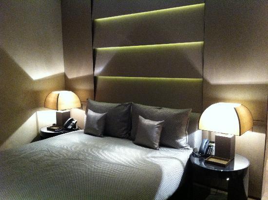 Armani Hotel Milano: Cama King en la Suite