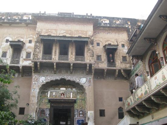 Mandawa Haveli: Hotel Viewed from Front Gate